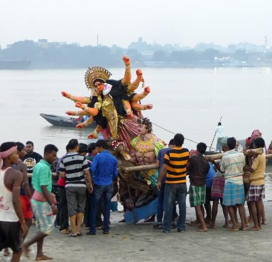 Durga Palki ved floden